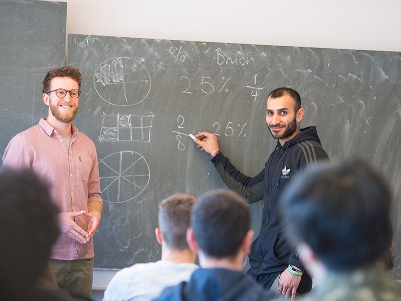 Sozialpädagoge Nicolas Spengler und Ali Bordbar (28) aus dem Iran . Ali möchte Sport- und Fitnesskaufmann oder Kfz-Mechatroniker werden. (Foto: Andreas Buck)