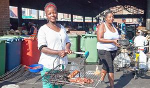 Über dem Rost von Einkaufswagen grillen diese Frauen Kopffleisch und Innereien die der Metzger nebenan liefert internet.jpg