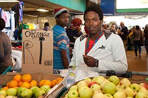 Ein südafrikanischer Rand für eine Orange oder einen Apfel das reicht nicht für die Existenz