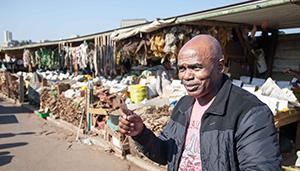 Patrick ein ehemaliger Polizist führt Touristen über die Warwick Märkte in Durban internet.jpg