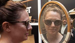 Sieht gut aus. Eine kundin prüft eine der Holzbrillen von Rhett Baker