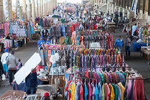 Unter den Brücken der Zufahrtsstraßen nach Durban bieten die Händler bunte Kleider für afrikanische Frauen an internet.jpg