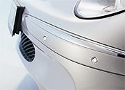 Die Sensoren mit ihrem besonders kleinen Gehäuse können in Wagenfarbe lackiert werden und lassen sich so unauffällig in die hintere und vordere Stoßstange integrieren. Foto: © Bosch