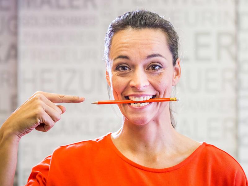 Lächeln kann man üben - ein Bleistift im Mund beim Blick in den Spiegel kann helfen. (Foto: © Inga Geiser)
