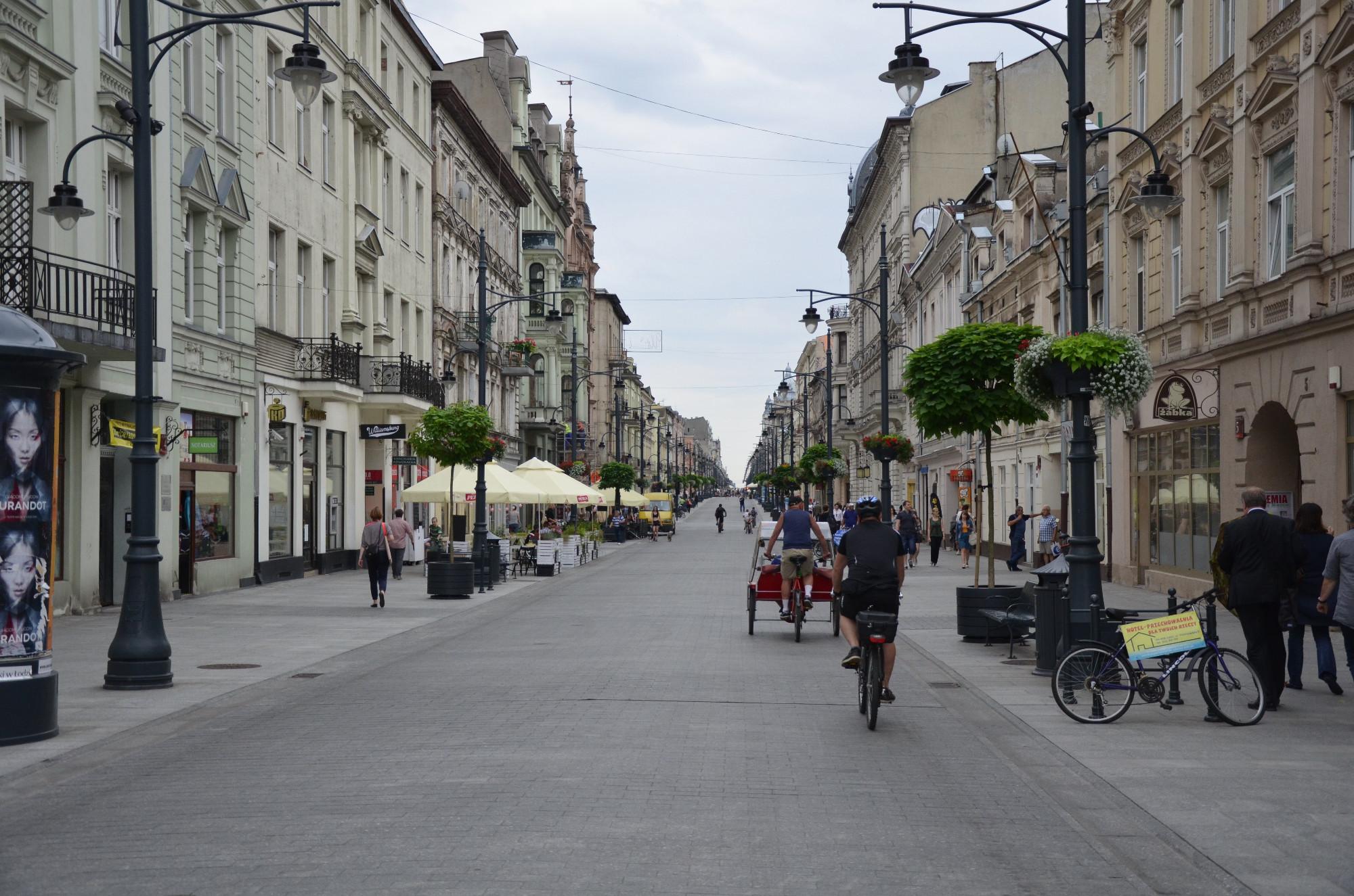 Die über vier Kilometer lange Prachtstraße Ulica Piotrkowska am frühen Nachmittag. Einheimische und Touristen benutzen gern die typischen Rikschas, um sich in der Fußgängerzone befördern zu lassen. (Foto: © Jürgen Ulbrich)