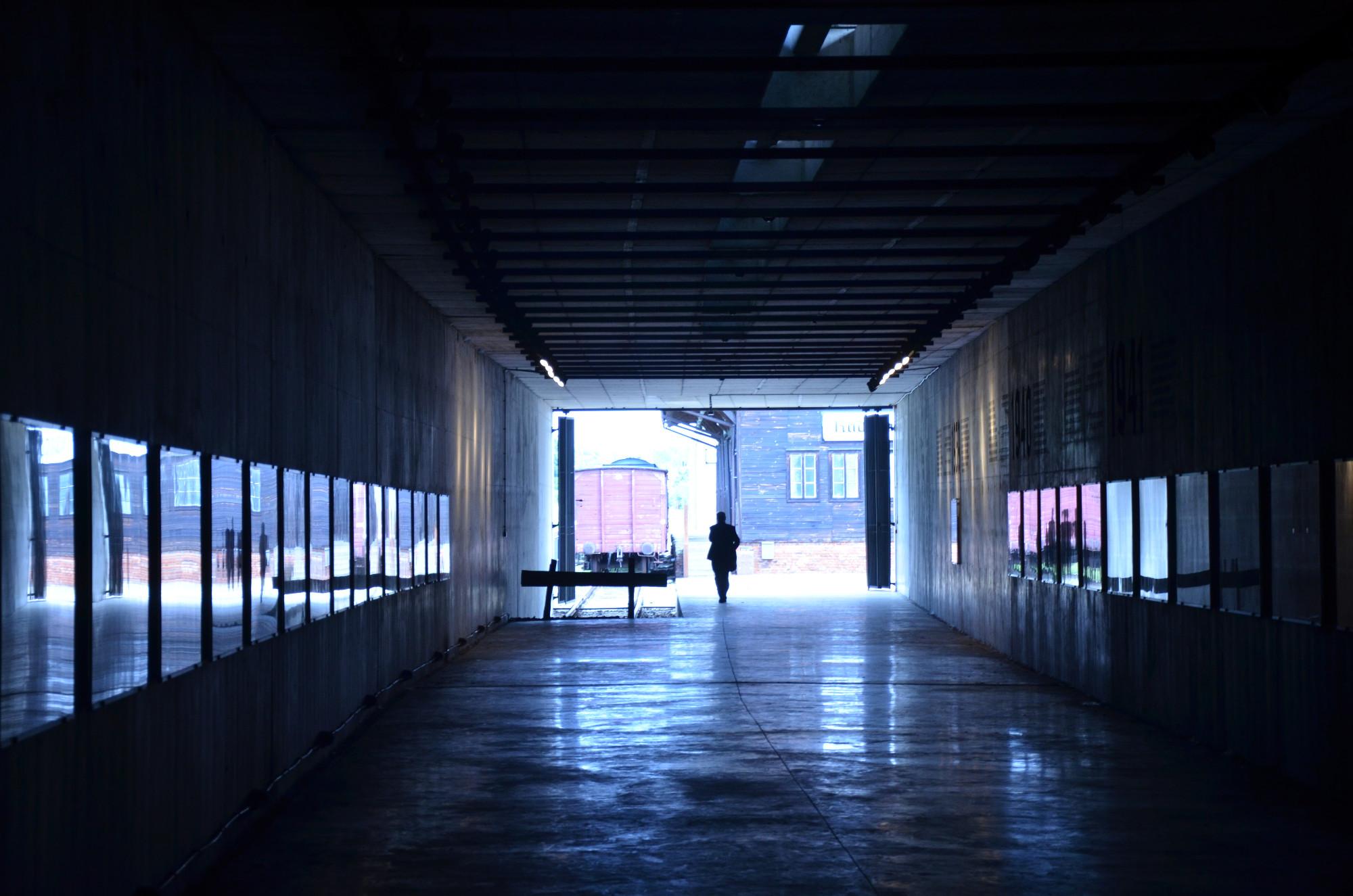 Am Ende des Tunnels in der Holocaust Gedenkstätte Radegast erwarten Besucher ein Orginal-Zug sowie das kleine, aber erschütternde Museum im hölzernen Bahnhofsgebäude. (Foto: © Jürgen Ulbrich)