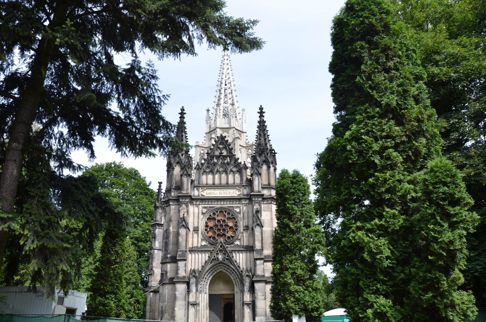 Selbst die letzte Ruhestätte der Lodzer Textil-Barone sind Monumente: hier das Mausoleum von Karl Wilhelm Scheibler in Form einer neogotischen Kirche, das auf dem evangelischen Friedhof alle anderen Grabmäler überragt. (Foto: © Jürgen Ulbrich)